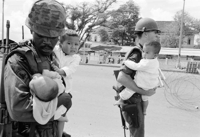 http://2.bp.blogspot.com/-VM-mLat-b0Y/UDHZEg76QTI/AAAAAAAAAuQ/F37Y4sa1Yc4/s1600/American-Soldiers-Carrying-Children-During-Second-Offensive-on-Saigon.jpg